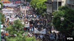 Ribuan warga Yunani berpawai menuju parlemen di Athena.