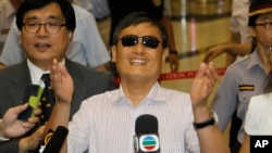 Chinese activist Chen Guangcheng waves to media as he arrives at the Taipei International Airport in Taoyuan, Taiwan, June 23, 2013.