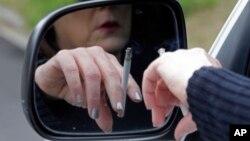 미국 앨라배마주 하이엔빌 시에서 한 여성 운전자가 트럭을 몰며 담배를 피고 있다. (자료사진)
