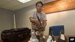 Hải quan Thái Lan thu giữ giữ sừng tê giác từ hành lý của một hành khách tại sân bay Suvarnabhumi ở Bangkok, ngày 22/6/2013.