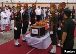 Binh sĩ Ấn Độ canh gác quan tài của đồng đội bị giết chết trong một cuộc xung đột ở biên giới với binh sĩ Trung Quốc ở vùng Ladakh, ở Patna, Ấn Độ, ngày 17/6/2020. REUTERS/Stringer