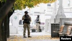 Kanadski policajci u centru Otave kod spomenika žrtvama rata