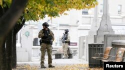 Cảnh sát đứng gác gần Đài tưởng niệm Chiến tranh Quốc gia ở trung tâm thành phố Ottawa, 23/10/2014.