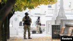 袭击案发生后,警察守卫在渥太华市中心的国家战争纪念碑附近。(2014年10月23日)