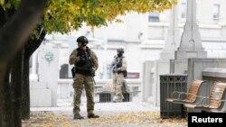 지난해 10월 23일 캐나다 수도 오타와의 전쟁기념관에서 테러 사건이 발생하자 군인들이 경계를 강화하는 모습.