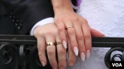 Los arrestados están acusados de confabulación para cometer fraude matrimonial y hacer declaraciones falsas a las autoridades federales.