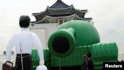 台灣民眾參觀台北自由廣場中正紀念堂前為紀念六四事件30週年擺放的一個中國軍隊的坦克氣球。(2019年5月21日)
