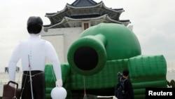 រូបឯកសារ៖ បាឡុងជារូបមនុស្សឈរនៅមុខរថក្រោះនៅទីលាន Liberty Square កោះតៃវ៉ាន់ ដើម្បីរំឭកខួបនៃការបង្រ្កាបបាតុករនៅទីលាន Tiananmen នៅក្រុងប៉េកាំង ប្រទេសចិន។