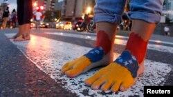 Manifestantes antigubernamentales marchan descalzos por las calles de Caracas, en penitencia de Semana Santa por la crisis venezolana.