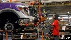 Archivo - Imagen de un trabajador en la línea de ensamblaje de automóviles Nissan en Canton, Mississippi.