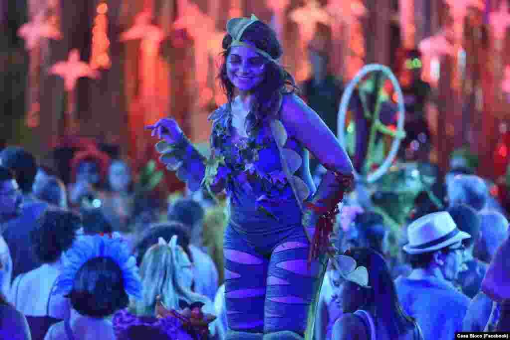 Carnaval com bloco Calango Careta, de Brasília, apresentando-se na casa histórica França-Brasil Rio de Janeiro Fev 2018. Grupo uni teatro, circo e com base em instrumentos de sopro.