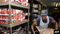 На складе продуктов одной из благотворительных организаций, помогающих нуждающимся