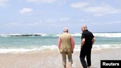 Premye Minis Izrayèl la, Benjamin Netanyahu, (adwat) kap mache ak Premye Minis End la, Narendra Modi, nan Olga Beach tou pre Hadera, ann Izrayèl kote ki gen yon enstalasyon pou desale dlo konpayi G.A.L. ap jere. Izrayèl, 6 Jiyè, 2017.