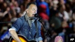 Bruce Springsteen tampil dalam acara kampanye Hillary Clinton di Independence Mall di Philadelphia, Pennsylvania, November 2016. (AP/Matt Slocum)