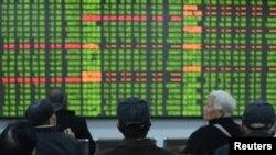 春節後中國股市開市頭一天出現了崩潰式下滑。圖為浙江省杭州市的股民坐在一交易所的電子屏幕前觀看行情。 (2020年2月3日)