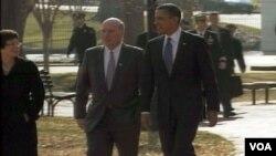 Predsjednik Barack Obama sa savjetnicima na putu prema Američkoj trgovačkoj komori
