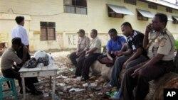 Para polisi melakukan penjagaan arena tinju di Nabire, Papua pasca kerusuhan yang menewaskan 17 orang (15/7).