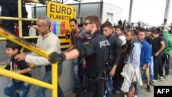 Những người di cư xếp hàng chờ lãnh thực phẩm tại Áo gần biên giới Hungary, ngày 10/9/2015.