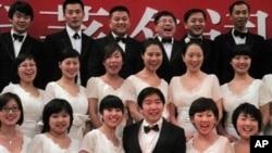演出结束后,外企合唱团成员和指挥夏小汤(前排中)合影