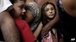 以色列人在隐蔽所里躲避火箭弹
