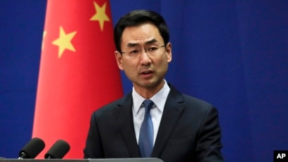 Juru bicara kementerian luar negeri China, Geng Shuang berbicara kepada media di Beijing.