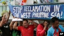 Những người biểu tình bên ngoài Lãnh sự quán Trung Quốc tại thành phố Makati, phía đông Manila, Philippines, tháng 7/2015.