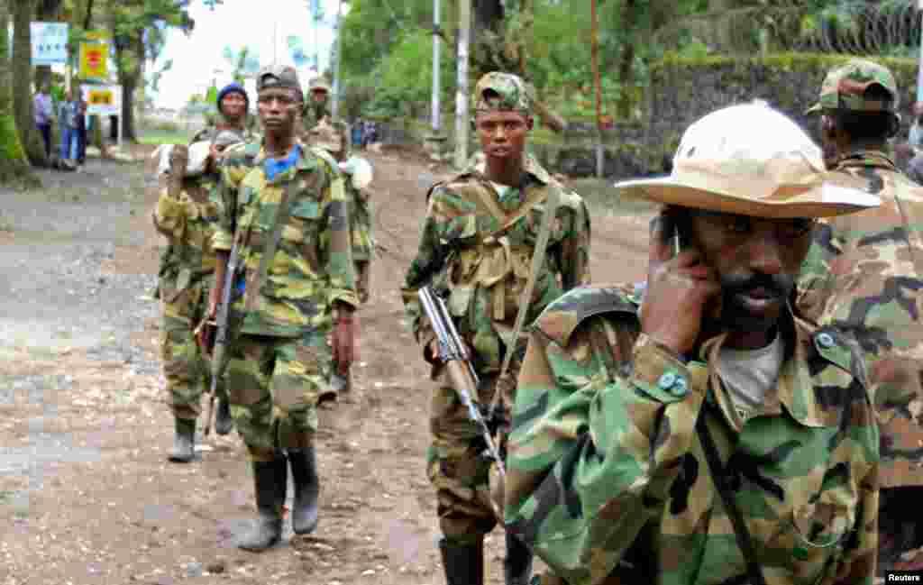 Rebeldes do Exército Congolês da Revolução patrulham a cidade de Goma após a terem capturado, a 20 de Novembro, às tropas governamentais