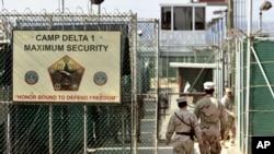Tentara Amerika menjaga pintu masuk penjara militer Camp Delta di Pangkalan Angkatan Laut AS, Guantanamo Bay, Kuba, 27 Juni 2006.