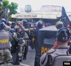 Para polisi saat melakukan persiapan evakuasi para narapidana di Lapas Kerobokan (23/2).