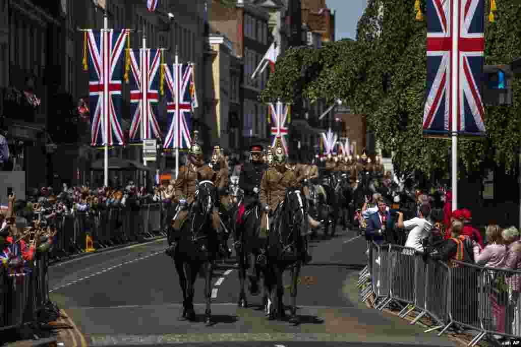 Vežba konjanika pred paradu u znak proslave venčanja princa Harija i Megan Merkal u Vindzoru gde se okuplja kraljevska porodica.