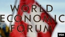 PM Cameron dan Bill Gates mengumumkan upaya pemberantasan polio pada Forum Ekonomi Dunia di Davos, Swiss, Jumat (28/1).