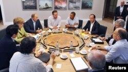 Para pemimpin negara-negara G8 dalam KTT di Irlandia Utara. Dari kiri searah jarum jam: Kanselir Jerman Angela Merkel (berbaju hijau), Presiden Rusia Vladimir Putin, PM Inggris David Cameron, Presiden AS Barack Obama, Presiden Perancis Hollande, dan para pemimpin G8 di Lough Erne, dekat Enniskillen, Irlandia Utara (18/6).