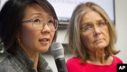 비무장지대 도보 횡단을 계획 중인 여성운동가들이 지난 3월 유엔에서 관련 기자회견을 가졌다. 이번 행사를 공동 기획한 크리스틴 안(왼쪽)과 글로리아 스타이넘. (자료사진)