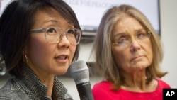다음달 비무장지대 도보 횡단을 계획 중인 여성운동가들이 지난달 11일 유엔에서 관련 기자회견을 가졌다. 이번 행사를 공동 기획한 크리스틴 안(왼쪽)과 글로리아 스타이넘. (자료사진)