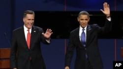 10月3日,奥巴马总统和共和党总统候选人罗姆尼在第一次辩论中向观众招手
