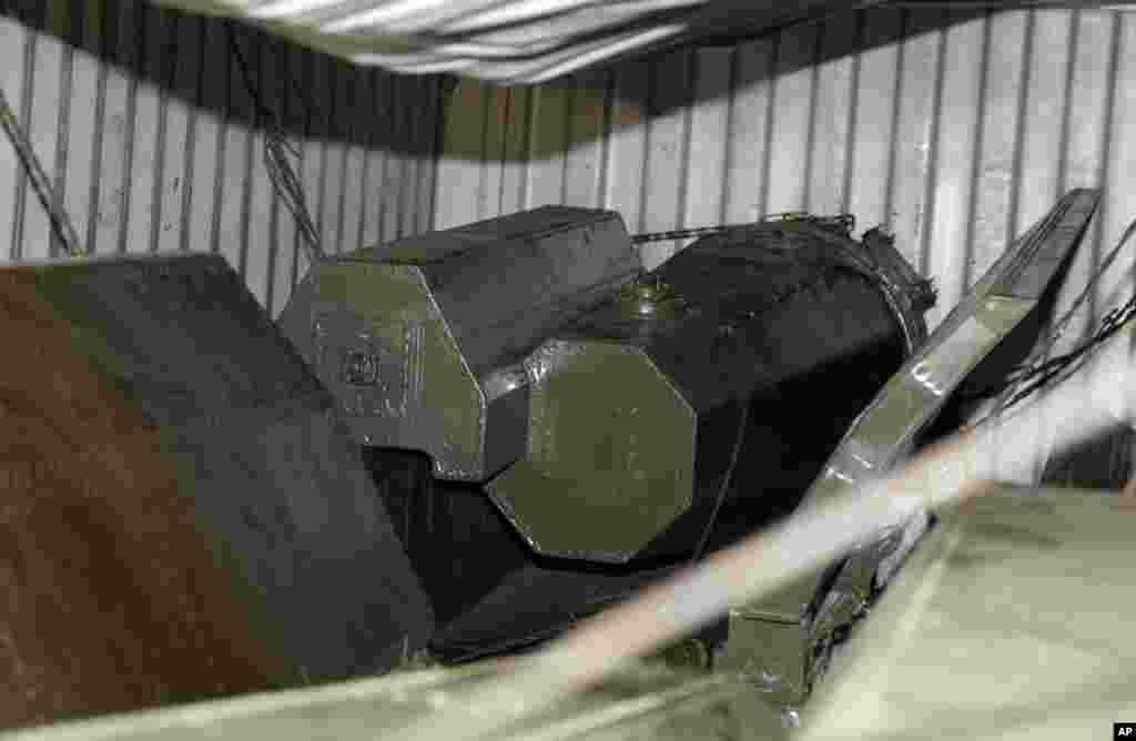 Parte del equipamiento militar sin declarar que fue hallado dentro de los contenedores del barco de bandera norcoreana que se encuentra detenido en el puerto de Manzanillo en Panamá. (AP Photo/Arnulfo Franco)