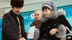 哈薩克斯坦選民投票。