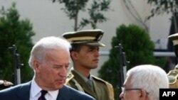 Presidenti palestinez Mahmud Abbas (D) pret Nënpresidentin Xho Bajden (M) para takimit në Ramallah të Bregut Perëndimor, 10 Mars 2010