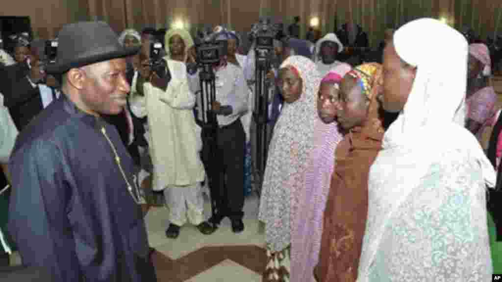 Shugaban Najeriya Jonathan ya sadu da wasu 'yan makarantan mata da suka kubuta daga 'yan Boko Haram, 22 ga Yuli 2014.