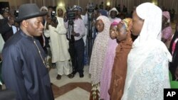 Shugaban Najeriya Jonathan ya sadu da wasu 'yan makarantan mata da suka kubuta daga 'yan Boko Haram 22, ga Yuli 2014.