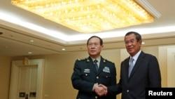 Bộ trưởng Quốc phòng Trung Quốc Ngụy Phụng Hòa bắt tay Thủ tướng Campuchia Hun Sen trước một cuộc hội kiến ở Phnom Penh, Campuchia, ngày 18 tháng 6, 2018