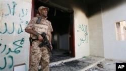 Binh sĩ Libya canh gác trước Lãnh sự quán của Mỹ bị đốt cháy sau vụ tấn công, ngày 14/9/2012.