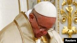 Le pape François se recueille.