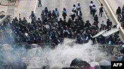 数万抗议民众包围香港立法会,香港警方与抗议者发生冲突。(2019年6月12日)