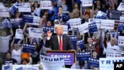 ທ່ານ Donald Trump ຂຶ້ນກ່າວ ໃນການຫາສຽງ ໃນວັນຈັນ, 25 ເມສາ, 2016.