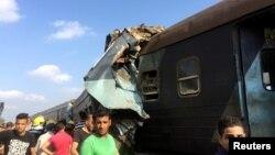 Des badauds ont accouru à la station de Khroshid où deux trains sont entrain en collision à Alexandrie, Egypte, 11 août 2017.