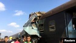 Des personnes rassemblées à la station de Khroshid où deux trains sont entrés en collision à Alexandrie, Egypte, 11 août 2017. (Photo: REUTERS/Osama Nageb)