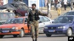 Soldado marfinense numa rua de Abidjan
