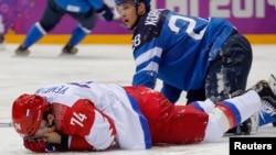 芬蘭與加拿大男子冰球隊19日較量時﹐加拿大力克芬蘭隊﹐奪得半決賽權。