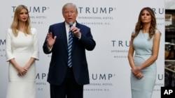 ຜູ້ລົງແຂ່ງຂັນເອົາຕຳແໜ່ງປະທານາທິບໍດີ ສັງກັດພັກຣີພັບບລີກັນ ທ່ານ Donald Trump, ຮ່ວມກັບທ່ານນາງ Ivanka Trump, ຊ້າຍ ແລະ ທ່ານນາງ Melania Trump, ກ່າວໃນລະຫວ່າງ ພິທີເປີດໂຮງແຮມ Trump International Hotel-Old Post Office, 26 ຕຸລາ, 2016, ນະຄອນຫຼວງ ວໍຊິງຕັນ.